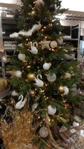 Kerstboom met zwarte, witte en gouden decoratie.