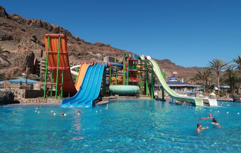Hoge glijbanen in het zwembad van waterpark Taurito