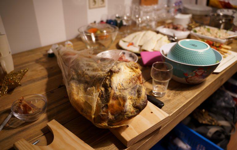 Tafel vol met gerechten voor het kerstbuffet