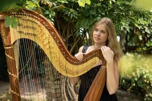 Michelle Sweegers met haar harp.