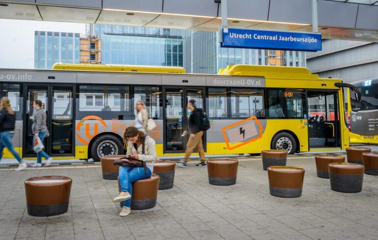 U-OV bussen op Utrecht CS met enkele passagiers.